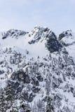 La neige d'hiver a couvert la crête de sommet de montagne de Rocky Cliffs sur Sunny Day Photos stock