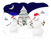La neige d'hiver de bonhommes de neige lance des boules de neige des arbres de Noël d'amusement de jeu Photos stock