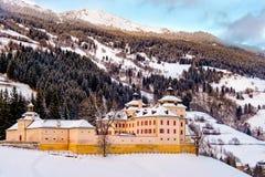 La neige de château de Wolfsthurn a couvert l'hiver Vipiteno Bolzano Alto Adige South Tyrol Photo stock