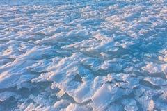 La neige de fond ondule au coucher du soleil par le vent Photos libres de droits