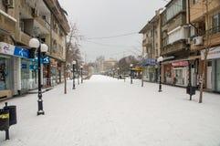 La neige de janvier sur la rue piétonnière de Pomorie en Bulgarie Photo stock