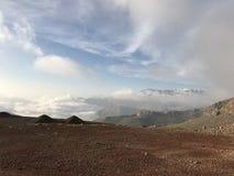 La neige de observation de femme a couvert des montagnes photos stock