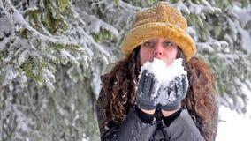 La neige de soufflement de jeune adolescent attrayant s'écaille à l'appareil-photo banque de vidéos