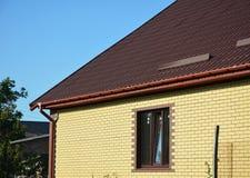 La neige de toit garde avec la nouvelle gouttière en plastique de pluie Les gardes de neige de toit en métal empêchent l'avalanch Photographie stock libre de droits