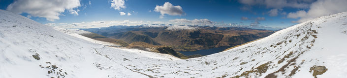 La neige dramatique a couvert des montagnes, secteur de lac, Angleterre, R-U Photographie stock