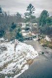 la neige et la glace de fonte de crique de montagne en tant que tout fond avec la guerre photo libre de droits