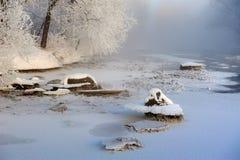 La neige et les cristaux de glace en rivière en hiver Images libres de droits