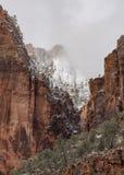 La neige et les nuages couvrent les crêtes dans Zion Photos libres de droits