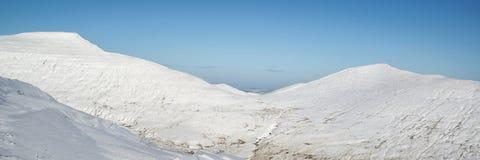 La neige panoramique de paysage d'hiver renversant a couvert l'esprit de campagne Photographie stock