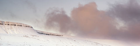 La neige panoramique de paysage d'hiver renversant a couvert l'esprit de campagne Photo stock