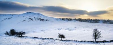 La neige panoramique de paysage d'hiver renversant a couvert l'esprit de campagne Images stock