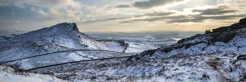La neige panoramique de paysage d'hiver renversant a couvert la campagne Photo stock
