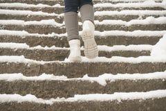 La neige s'élevante a couvert des escaliers au tombeau de Yamadera photo stock