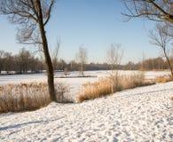 La neige se trouve sur un lac congelé Photos stock