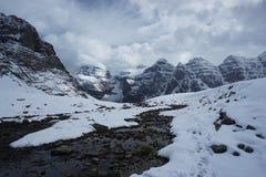 La neige tombe dans les montagnes dans le Canada Images stock