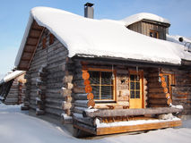 La neige traditionnelle a couvert la cabine de logarithme naturel image libre de droits