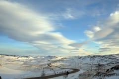 La neige vide a couvert la route dans l'horizontal de l'hiver Photo stock