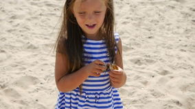 La neonata è sulla spiaggia stock footage