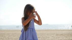 La neonata è sulla spiaggia video d archivio
