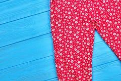 La neonata ha colorato i pantaloni modellati Immagini Stock Libere da Diritti