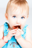 La neonata mangia il cioccolato Immagine Stock