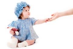 La neonata raggiunge fuori. concetto di aiuto Fotografie Stock