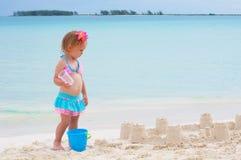 La neonata sta giocando sulla spiaggia Fotografia Stock Libera da Diritti