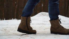 La neve che fa un'escursione i piedi di camminata di punti del piede ha ritenuto gli stivali video d archivio