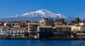 La neve del briciolo del vulcano di Etna veduta dal mare fotografia stock