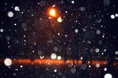 La neve del fondo cade alla notte Fotografia Stock