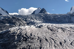 La neve del ghiaccio del ghiacciaio delle montagne si appanna l'estate Fotografia Stock