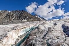 La neve del ghiaccio del ghiacciaio delle montagne si appanna l'estate Immagini Stock