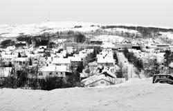 La neve dell'inverno alloggia il bianco del nero di panorama di Kirkenes della città Immagine Stock Libera da Diritti