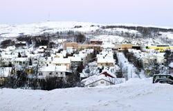 La neve dell'inverno alloggia il panorama di Kirkenes della città Immagine Stock