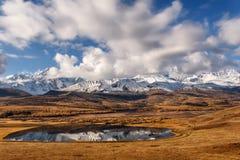 La neve della riflessione delle montagne del lago si appanna l'autunno Immagine Stock Libera da Diritti