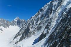 La neve delle montagne pende e ghiacciaio nelle alpi Immagine Stock Libera da Diritti
