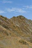 La neve e la roccia recintano le alte montagne Immagine Stock
