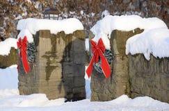 La neve fresca ricopre le paia delle colonne di pietra vestite per il Natale Fotografia Stock Libera da Diritti