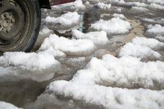 La neve fusa ha sommerso la strada immagine stock