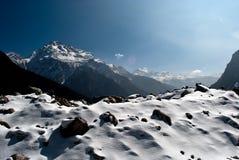La neve ha completato le montagne in valle di Yumthang Fotografia Stock Libera da Diritti