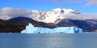 La neve ha ricoperto la montagna e l'iceberg blu in un lago Immagini Stock Libere da Diritti