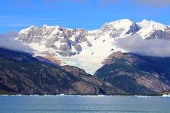 La neve ha ricoperto la montagna, le nuvole ed il lago in EL Calafate Fotografia Stock