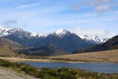 La neve ha ricoperto le montagne, isola del sud, Nuova Zelanda Immagini Stock