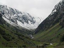 La neve ha ricoperto la vista della valle delle montagne fotografia stock libera da diritti