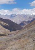 La neve ha scolpito la valle e le montagne da Khardung passano, HDR Fotografie Stock