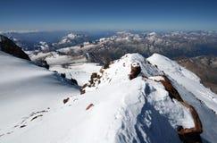 La neve oscilla in alte montagne da Elbrus di punta Fotografie Stock
