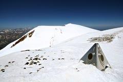 La neve oscilla in alte montagne da Elbrus di punta Fotografia Stock
