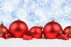 La neve rossa della decorazione delle palle di Natale stars il copyspace del fondo Fotografie Stock