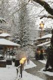 La neve si accende, strada in villaggio Metsovo, l'inverno Fotografie Stock Libere da Diritti