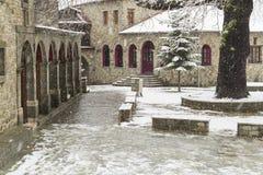 La neve si accende, strada in villaggio Metsovo, l'inverno Fotografie Stock